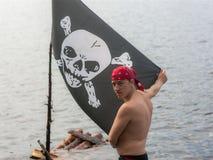 Человек с флагом пирата Стоковая Фотография