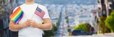 Человек с флагом радуги гей-парада и американец Стоковые Фото