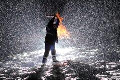 Человек с цепной пилой в руках Стоковые Изображения RF