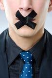 Человек с черной лентой над его ртом Стоковые Фотографии RF