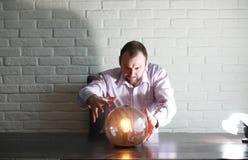 Человек с шариком рассказчика удачи стоковая фотография