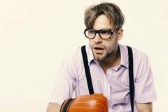 Человек с щетинкой и тускловатой стороной носит перчатки бокса стоковые фотографии rf
