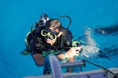Человек с aqualung плавает стоковая фотография rf