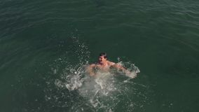 Человек тонуть в океане видеоматериал