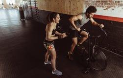 Человек тренера фитнеса мотируя на спортзале Стоковая Фотография