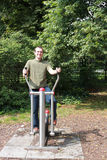 Человек тренировки в парке Стоковая Фотография RF