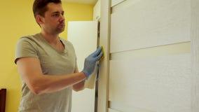 Человек убирает дом Рука в перчатке обтирает дверь housing сток-видео
