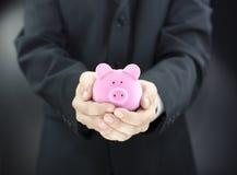 человек удерживания банка piggy Стоковые Фото