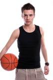 человек удерживания баскетбола шарика причинный Стоковое Изображение