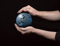 человек удерживания глобуса земли накаляя Стоковое Фото