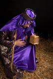 человек удерживания подарка bowing велемудрый Стоковые Изображения RF