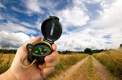 человек удерживания поля компаса Стоковая Фотография RF