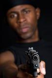 человек удерживания пушки стоковое изображение rf