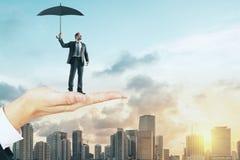 Человек удерживания руки с зонтиком стоковое изображение rf
