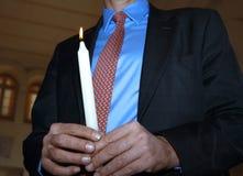 человек удерживания свечки Стоковые Фото