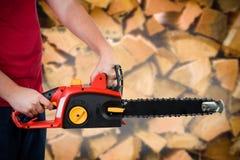 человек удерживания chainsaw Стоковые Изображения RF
