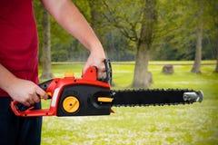 человек удерживания chainsaw Стоковое Фото