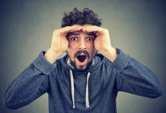 Человек удивленный с проницательностью в будущее стоковые изображения