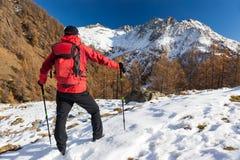 Человек укладывает рюкзак в горах зимы Piemonte, итальянка Альпы, Стоковые Фото