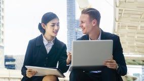 Человек умного дела кавказские и женщины секретарши Азии сидят Стоковое Изображение