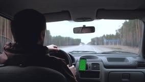 человек управляет автомобилем видеоматериал