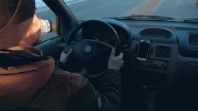 человек управляет автомобилем сток-видео
