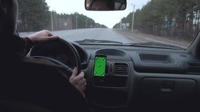 человек управляет автомобилем акции видеоматериалы