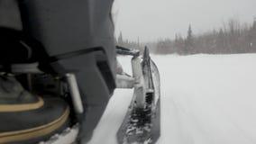 Человек управляет быстрым снегоходом и выходит следы на снег сток-видео
