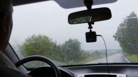 Человек управляет вдоль дороги за автомобилями сток-видео