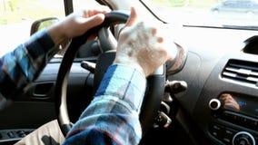 Человек управляет его автомобилем, поворачивает руль Взгляд от сидения пассажира акции видеоматериалы