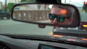 Человек управляя автомобилем видеоматериал