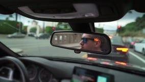 Человек управляя автомобилем сток-видео