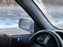 Человек управляя автомобилем в зиме стоковая фотография