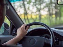 Человек управляя автомобилем, фото конца-вверх Водитель держит рулевое колесо Стоковое фото RF