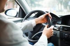 Человек управляя его автомобилем Стоковые Изображения RF