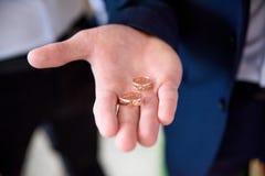 Человек урожая держа включая кольца Стоковое фото RF