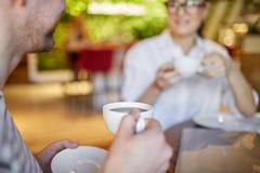 Человек урожая и кофе женщины выпивая стоковая фотография