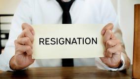 Человек усиливая с уведомлением об отставке для для того чтобы прекратить работу стоковое фото rf