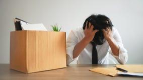 Человек усиливая с уведомлением об отставке для для того чтобы прекратить работу стоковое изображение rf