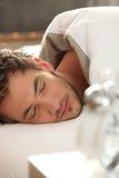 Человек уснувший в кровати Стоковое Фото