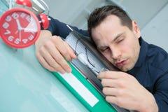 Человек уснувший на столе Стоковые Изображения RF