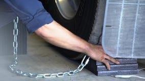 Человек устанавливает затворы колеса под тележкой акции видеоматериалы