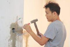 Человек устанавливая выключатель Стоковая Фотография