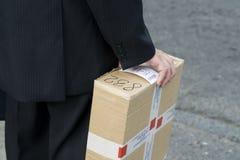 человек удерживания коробки Стоковое фото RF