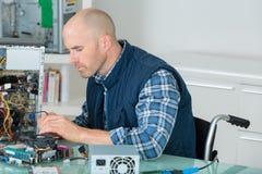 Человек фиксируя старый настольный компьютер используя отвертку Стоковое Изображение RF