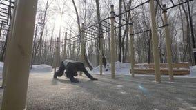 Человек фитнеса делать нажимает поднимает и протягивающ тренировки на тренировке спорт зимы акции видеоматериалы
