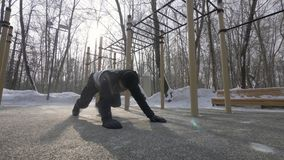 Человек фитнеса делать нажимает поднимает и протягивающ тренировки на тренировке спорт зимы стоковые изображения rf