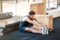 Человек фитнеса делая протягивать стоковое изображение rf