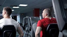 Человек фитнеса работая с неподвижным велосипедом в спортзале Здоровье, тренировка акции видеоматериалы