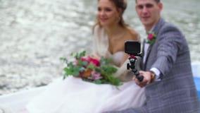 Человек фотографирует его довольную женщину на ручке selfie Люди плавают в шлюпку видеоматериал